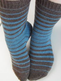 Easy Knitting, Loom Knitting, Knitting Socks, Knitting Patterns, Knitted Socks Free Pattern, Wool Socks, How To Purl Knit, Knitting Projects, Mittens