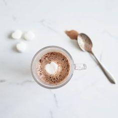 Un chocolat chaud, à -1000 degrés, c'est exquis. Mais un chocolat chaud, à -1000 avec une guimauve en coeur, c'est 🙌 ❤☕❄ #chocolatchaud #hotchocolate #chocolatelover #hiver #faitfrette #onselesgele coeur #guimauve #stvalentin #valentines Croutons Maison, Pool Noodles, Guide, Mousse, Star Wars, Teacher, Valentines, Costume, Food