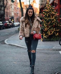42 Perfect Winter Outfits Ideas That Always Looks Cool Casual Winter Outfits, Winter Fashion Casual, Fall Outfits, Outfit Winter, Casual Winter Style, Snow Fashion, Fashion Wear, Fur Coat Outfit, Outfit Jeans