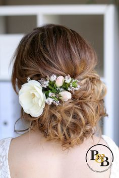 Love this beautiful romantic wedding hair style with flowers! #weddinghair #romanticupdo #bridesmaidhair
