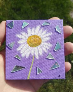 🌼daisy🌼 Hi💙 this time I painted a cute little daisy on a mini canvas and added some cd pieces to it, I& so happy how this one turned out✨… Small Canvas Paintings, Easy Canvas Art, Small Canvas Art, Mini Canvas Art, Cute Paintings, Acrylic Painting Canvas, Diy Painting, Diy Canvas, Canvas Draw