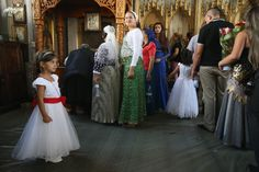 """Sie und Tausende weitere Besucher an diesem Festtag gehören zum Volksstamm der Kalderasch. Was von außen für die meisten einfach """"die Roma"""" ..."""