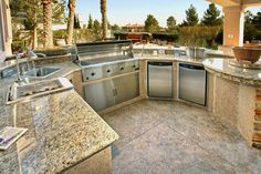 Granite countertops for outdoor kitchen - for the big family BBQ sessions in the future this is what I want!! Steaks anybody? <3