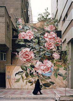 En haut de l'avenue Valiasr, juste avant Vanak Square, des fresques florales en céramique.