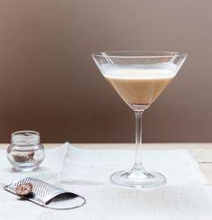 Alexander | #ReceitaPanelinha: Um dos drinques oficiais do inverno. À base de conhaque, creme de cacau e creme de leite fresco é uma delícia!