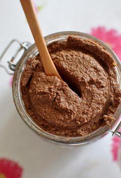 CZEKOLADOWA PASTA z ciecierzycy /Przygotowana w Speedcook'u/ Przepis (jeden słoiczek): 1szkl suchej ciecierzycy 50g gorzkiej czekolady 85% 1 łyżeczka soli morskiej 1 łyżka gorzkiego kakao 2 łyżki cukru trzcinowego 1/2szkl orzechów (u mnie: laskowe) (jeśli lubicie bardziej słodkie smarowidła, dodajcie więcej słodzidła) Ciecierzycę namoczyć na noc, a następnego dnia ugotować (w nowej wodzie), aż do miękkości, odsączyć, ostudzić. Czekoladę rozpuścić w kąpieli wodnej. Ostudzoną ciecierzycę…