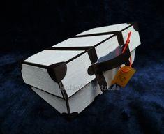 Eine ausführliche Anleitung, wie man einen schönen Reisekoffer aus Farbkarton zum Beispiel für einen Geburtstag basteln kann. Cube, Stampin Up, Diy And Crafts, Projects To Try, Workshop, Toys, Gifts, Paper Boxes, Suitcases