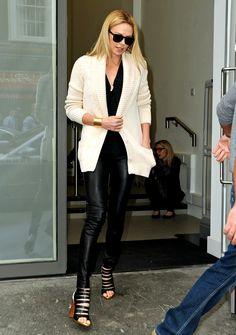 Шарлиз Тэрон (Charlize Theron) Black White Fashion, Grey Fashion, Fashion Pants, Look Fashion, Fashion Outfits, Minka Kelly, Jenna Dewan, Olivia Munn, Katie Holmes