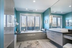 parquet stratifié cendré et moderne dans la salle de bains en bleu clair et gris