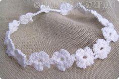 Scuola di uncinetto: coroncina di fiori per la comunione o il matrimonio Rosettes, Crochet Necklace, Scrap, Crafts, Jewelry, Bikini, Crochet Flowers, Arch, Hair