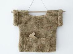 Avec sa poche ventrale ornée de boutons, cette brassière toute douce à manches courtes se tricote du 3 mois au 1 an. Pour offrir un hiver douillet à votre bébé. A vos aiguilles !
