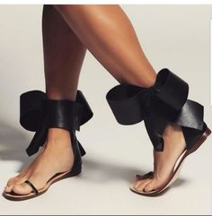 Pin by Zanele Maseko on Shoes flats in 2019 Pretty Shoes, Beautiful Shoes, Cute Shoes, Me Too Shoes, Dream Shoes, Crazy Shoes, Shoes 2018, Bow Sandals, Everyday Shoes