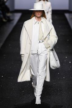 Alberta Ferretti Fall Winter fashion show (February at Milan Fashion Week Ready-To-Wear. Christian Louboutin, Christian Siriano, Christian Lacroix, Charlotte Ronson, Street Fashion, Runway Fashion, High Fashion, Fashion Show, Womens Fashion