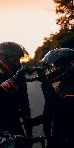 Biker Photography, Couple Photography, Photography Poses, Motorcycle Couple Pictures, Biker Couple, Biker Love, Biker Girl, Fille Et Dirt Bike, Girl Motorcyclist