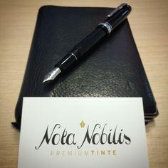 """Die wahren """"Essentials"""" für das Geschäftsleben - Notizbuch und stilvolle Füllfeder mit dokumentenechter Tinte!  Nota-Nobilis.at führt die besten dokumentenechten Füllfedertinten der Welt. Sichern Sie sich Ihr Glas gleich jetzt auf www.nota-nobilis.at  #10X #deal #Noodlers #silber #ink #Premiumtinte #Premium #meisterstück #tinte #notebook #notiz #success #erfolg #x47 #fountainpen #black_swan_in_english_roses #NoodlersInk #Diamine #DeAtramentis #dokumententinte Essentials, Success, Note, Dyes, Notebook, World, Silver, Glass"""