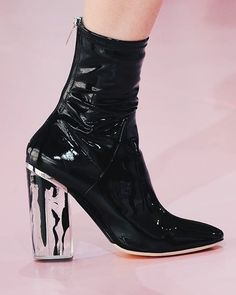 O contraste de cores e materiais trazido pela Dior são destacados principalmente nos acessórios produzidos pela grife- Dior Fall/Winter 2014. - Would you wear this? Thoughts about it?
