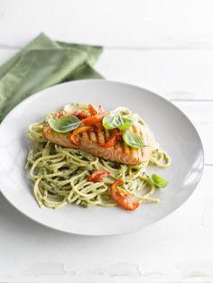 Spaghetti met romige pesto en geroosterde zalm  http://njam.tv/recepten/spaghetti-met-romige-pesto-en-geroosterde-zalm