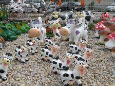 Kolekcia farebných kraviek z plastu.