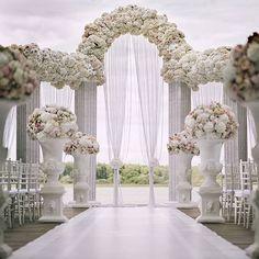 Ohhh!! This majestic and elegant ceremonial arch makes our heart skip a beat. Event designer @shackirovajulia created a true inspiration with this white wedding day. Organizer: @dlyadvoih and decor by @shakirova_studio. #svadebnyydekor #wedding #weddingde