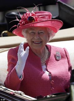 The Queen wears bright pink for her THIRD day at Ascot 6f93511e8fc9
