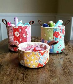 Lecien scrappy mini patchwork buckets by Heidi Staples of Fabric Mutt Scrap Fabric Projects, Fabric Scraps, Sewing Projects, Sewing Hacks, Sewing Tutorials, Sewing Crafts, Fabric Bowls, Sewing Baskets, Creation Couture