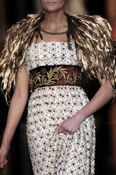 Flashback: Stefano Gabbana and Domenico Dolce are advancing into fall with Napoleonic zeal—literally. Fashion Details, Timeless Fashion, High Fashion, Dolce & Gabbana, Couture Fashion, Runway Fashion, Feather Fashion, Milan Fashion Weeks, Dress Up