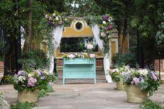 Ceremonia civil. Cómoda vintage, cestos con flor, camino de murta, arco de flor...