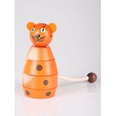Pilch dostarczył nam nową zabawkę już dla 3 latków.   Pilch 510009 - Drewniana Układanka Kot - Zestaw 4 klocki z drewna o średnicy 7.5 cm i wysokości 13 cm oraz 4 klocki w kolorze brązowym z namalowanymi elementami kota.  Zobacz jak wysoka jest zabawka po złożeniu:)