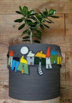 mosaic by Michelle Combeau vase modern- ligne de maisons sur fond noir Mosaic Planters, Mosaic Flower Pots, Garden Planters, Mosaic Glass, Mosaic Tiles, Glass Art, Stained Glass, Tiling, Mosaic Crafts