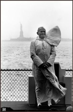 New York City. Pope John Paul II at Battery Park during his U. <>< I was working in NYC then, he went past my building on his way to St. Patrick's and was incredible! Catholic Art, Catholic Saints, Roman Catholic, Catholic School, Saint Jean Paul Ii, Pope John Paul Ii, Saint John, Paul 2, Papa Juan Pablo Ii