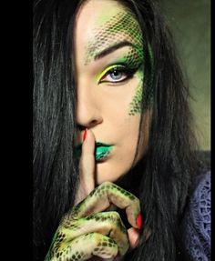 Halloween Make-up: Schlange Halloween Inspo, Halloween Makeup, Diy Halloween, Medusa Halloween Costume, Halloween Halloween, Vintage Halloween, Halloween Decorations, Dragon Makeup, Sugarpill Cosmetics