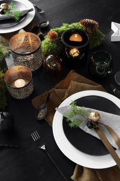 NATURAL CHRISTMAS TABLE SETTING - Therese Knutsen Christmas Table Settings, Christmas Decorations, Table Decorations, Natural Christmas, Nature Table, Black House, Jingle Bells, Tablescapes, Merry Christmas