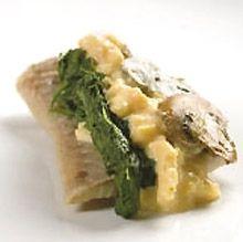 Ål, røget med røræg  Rugbrødssnitte med røget åplefilet, røræg, smørdampet spinat og champignon fra Ida Davidsen.