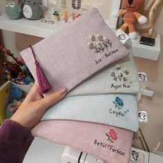 We start with the workshop-courses: learn to make custom wallets for maq . Embroidery Purse, Embroidery On Clothes, Flower Embroidery Designs, Hand Embroidery Stitches, Ribbon Embroidery, Ideias Diy, Diy Crafts For Gifts, Handmade Bags, Sewing Projects