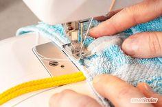 Einen Kulturbeutel aus einem alten Handtuch können auch Anfänger einfach und schnell selber nähen - praktisch und plastikfrei. Coin Purse, Purses, Wallet, Diy, Fashion, Sew Simple, Old Towels, Bag Tutorials, Brush Teeth