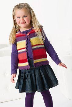 Den fine vest har striber og hæklede kanter. Så klæd familiens lille pige på til påske-sjov.