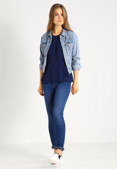 ¡Cómpralo ya!. Zalando Essentials Blusa dark blue. Zalando Essentials Blusa dark blue Ropa   | Material exterior: 100% poliéster | Ropa ¡Haz tu pedido   y disfruta de gastos de enví-o gratuitos! , blusas, blusa, blusón, blusones, blouses, blouse, smock, blouson, peasanttop, blusen, blusas, chemisiers, bluse. Blusas  de mujer color azul marino de Zalando essentials.