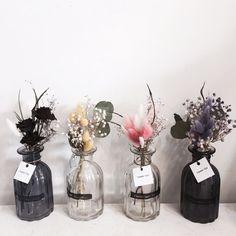 Minimal yet dramatic flower display Flower Cart, Flower Boxes, Diy Flowers, Flower Decorations, Paper Flowers, Wedding Decorations, Colorful Flowers, Dried Flower Arrangements, Dried Flower Bouquet