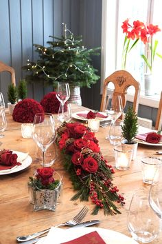 01 BORDDEKKING-Blomsterdekorasjoner i-rødt til julebordet Winter Wedding Centerpieces, Christmas Table Decorations, Outdoor Christmas, Holidays And Events, Party Themes, Floral Design, Projects To Try, Table Settings, Scandinavian Style
