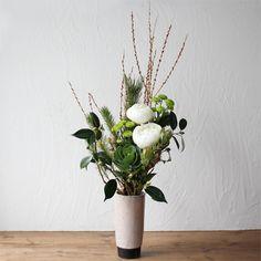 ★New Year Bouquet [新年のブーケ] 松や葉牡丹に野原をイメージした小花を合わせた、ナチュラルテイストの正月用ブーケです。白と緑の花々が、清々しく新年を演出します。 6,000円(税別) # kusakanmuri
