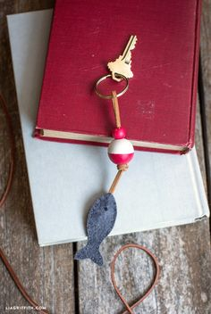 Sewing Gifts For Men - Celebrate Dad with something thoughtful and homemade this Father's Day. Our easy DIY fishing bobber keychain is the perfect gift for fishing enthusiasts! Diy Gifts For Dad, Diy For Men, Diy Arts And Crafts, Diy Craft Projects, Craft Ideas, Sewing Projects, Date Night Gifts, Cordon En Cuir, Felt Bookmark