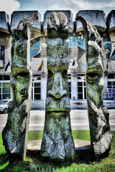 Shredded Face - Statue in Oradea, Romania Romania, Statue, Mansions, Country, House Styles, Face, Pray, Manor Houses, Rural Area