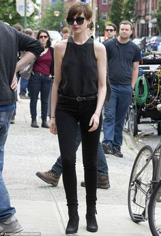 Look Fashion, Trendy Fashion, Womens Fashion, Anne Hathaway Style, Anne Hathaway Short Hair, New Movie Song, Moda Outfits, Gamine Style, Looks Cool