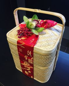 Chinese New Year flowers basket gift. A lovely way to decorate a gift basket for Chinese New Year Chinese New Year Flower, Chinese New Year Gifts, Chinese New Year Decorations, New Years Decorations, Food Hampers, Gift Hampers, Diy Gift Baskets, Basket Gift, Gift Packaging