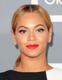 With her hair slicked pack into a low slung ponytail accentuating her red lips Beyonce looks smart and sophisticated but that certainly doesn't mean she looks dull or boring. Look at those arched brows! Mascara Tips, How To Apply Mascara, How To Apply Makeup, Applying Mascara, Face Shape Hairstyles, Slick Hairstyles, Red Lipstick Makeup, Face Makeup, Beyonce Ponytail