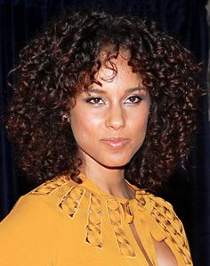 We love when Alicia Keys shows off her big, natural fluffy curls on the red carpet as she did at the White House Correspondents' Association Dinner.