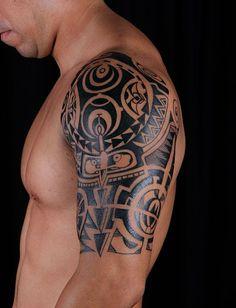 17 – Excelente tattoo con mascaras de teatro en grises y rojo en el ...