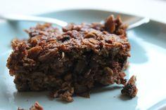 Para além das papas de aveia que são ótimas para aquecer um pequeno-almoço de inverno, a aveia também pode ser feita no forno, ficando com uma consistência fica entre uma barra de cereais e um bolo...