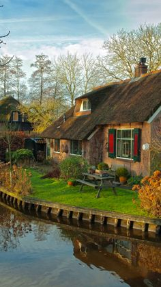 10 Most Beautiful Villages in Europe - Petra Schwarz - 10 Most Beautiful Villages in Europe Giethoorn, Netherlands - Cozy Cottage, Cottage Homes, Cottages Anglais, Wonderful Places, Beautiful Places, Cabins And Cottages, Beautiful Landscapes, Countryside, Netherlands
