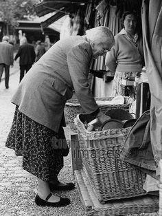 Alte Frau auf der Auer Dult in München, 50er Jahre Stöhr/Timeline Images #black #white #schwarz #weiß #Fotografie #photography #historisch #historical #traditional #traditionell #retro #vintage #nostalgic #Nostalgie #München #Munich #50er #1950er #Stimmung #Atmosphäre #Dult #Au #Auer #Frau #alt #kaufen #Jahrmarkt Timeline Images, Alter, Germany, Kult, Outdoor, Retro Vintage, Historical Pictures, Old Women, The Fifties